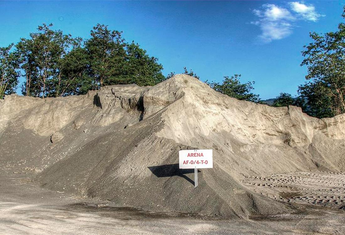Montaña de arena de material de obra reciclada