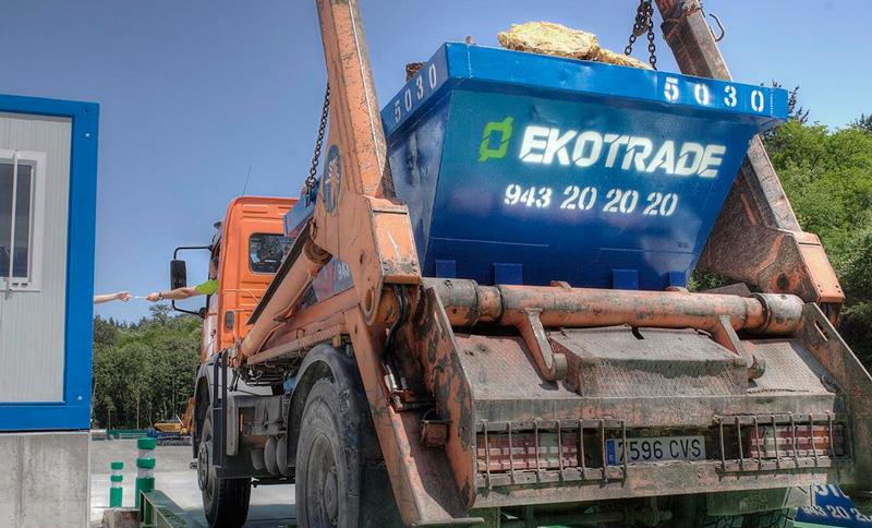 Camión con contenedor de obra