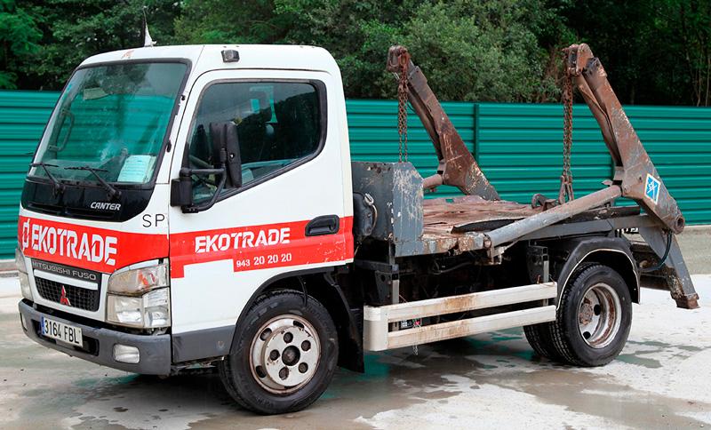 Camión para transporte de contenedores de obra
